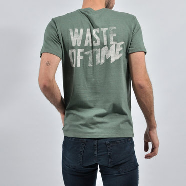 REMERA WASTE OF TIME GREEN
